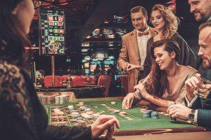 Datos curiosos que no sabías sobre los casinos Un viaje a los orígenes del casino Los juegos de azar son una de las actividades más populares y que más ingresos generan hoy en día en todo el mundo. Sus cada día más sofisticados juegos e instalaciones podrían hacernos pensar que las casas de apuestas y todo lo relacionado con ellas son una creación moderna. No podríamos estar más equivocados. La primera evidencia documentada de juegos de azar son listas de apuestas de lotería y se remonta a la China del 2300 a.C. El casino más antiguo del mundo es el Casino de Spa en Valana, Bélgica. Fue construido en 1763 y es considerado la primera casa de apuestas del mundo. El primer casino online fue creado en 1996. Microgaming desarrolló una tecnología capaz de blindar las transacciones por Internet. De esta manera se creó InterCasino, con sede en Antigua, y que solo contaba con 18 juegos en el momento de su lanzamiento. Se cree que las primeras barajas de cartas fueron creadas en China en el 800 d.C. ¡Gracias, amigos chinos! ¿Sabes cuál es el primer juego de casino creado que todavía se juega en la actualidad? ¡El Baccarat! Surgió en Italia y Francia en el S. XV. Leyes tontas sobre el juego Pero las leyes no pueden ser tontas, ¿verdad? Son normas creadas por gente seria vestida de traje. Bueno, quizás los siguientes datos te abran un poco los ojos y además te echarás unas risas. • En el Reino Unido está prohibido apostar en librerías. Sí, como lo oyes. ¿Que cómo saben si te encuentras apostando en una librería? Ni idea, pero por si acaso, céntrate en tu libro y olvídate del casino durante un rato. • En EE. UU., más concretamente en Oklahoma, las mujeres pueden ser arrestadas si apuestan desnudas, en ropa interior o llevando solo una toalla. No sabemos lo que ha debido de pasar años atrás para que el gobierno del estado haya tenido que crear esta ley, pero debe de ser interesante. • En Canadá es ilegal jugar a dados, así que los ciudadanos se han visto obligados a crear su prop